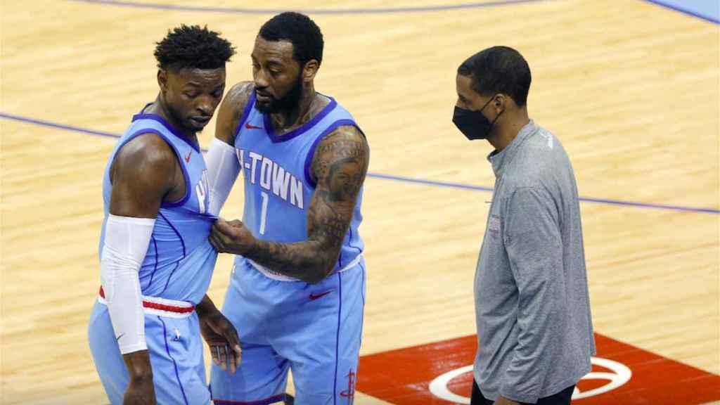 Varios jugadores de los Houston Rockets discuten una acción