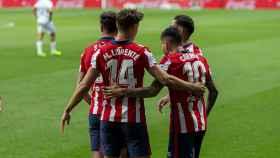 Los jugadores del Atlético abrazan a Correa tras su gol