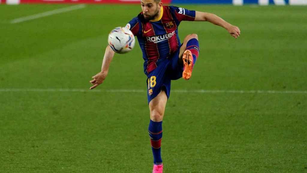 Jordi Alba, bajando un balón