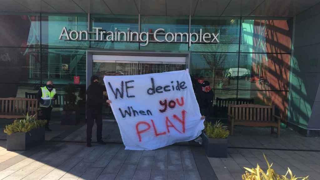 Ultras del Manchester United protestan en la ciudad deportiva contra los propietarios del club