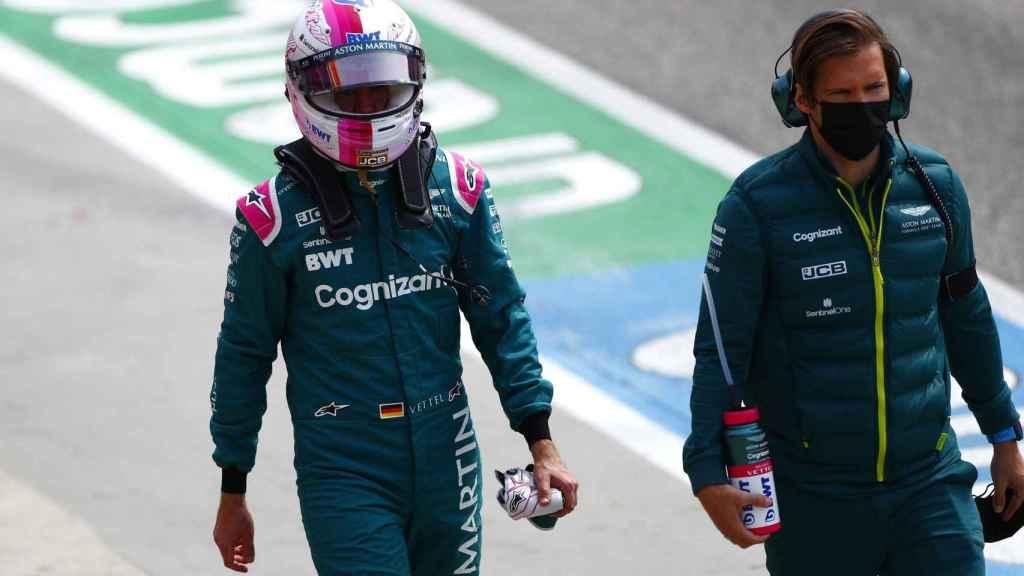 Vettel camina por el paddock del circuito de Imola