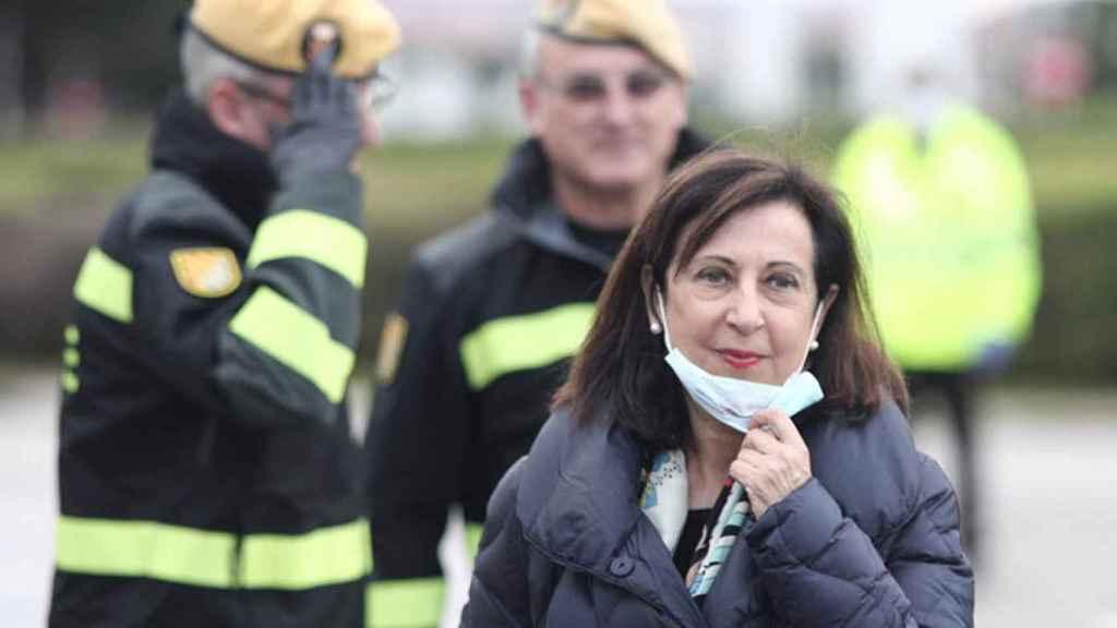 La ministra de Defensa, Margarita Robles, con efectivos de la UME de fondo.