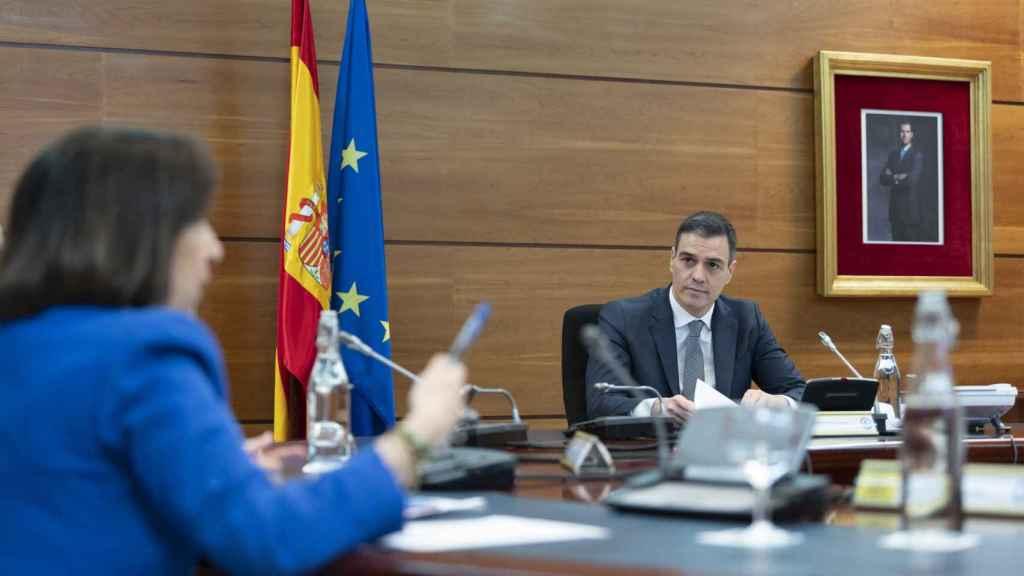 Margarita Robles y Pedro Sánchez en un Consejo de Ministros.