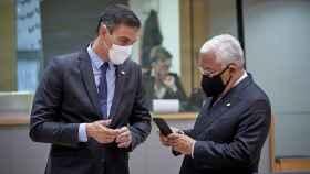 Pedro Sánchez y António Costa conversan durante una reunión del Consejo Europeo en Bruselas