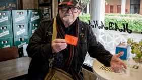 Manuel García Torres posa con su carnet del PSOE en la misma esquina donde habló con Monasterio.