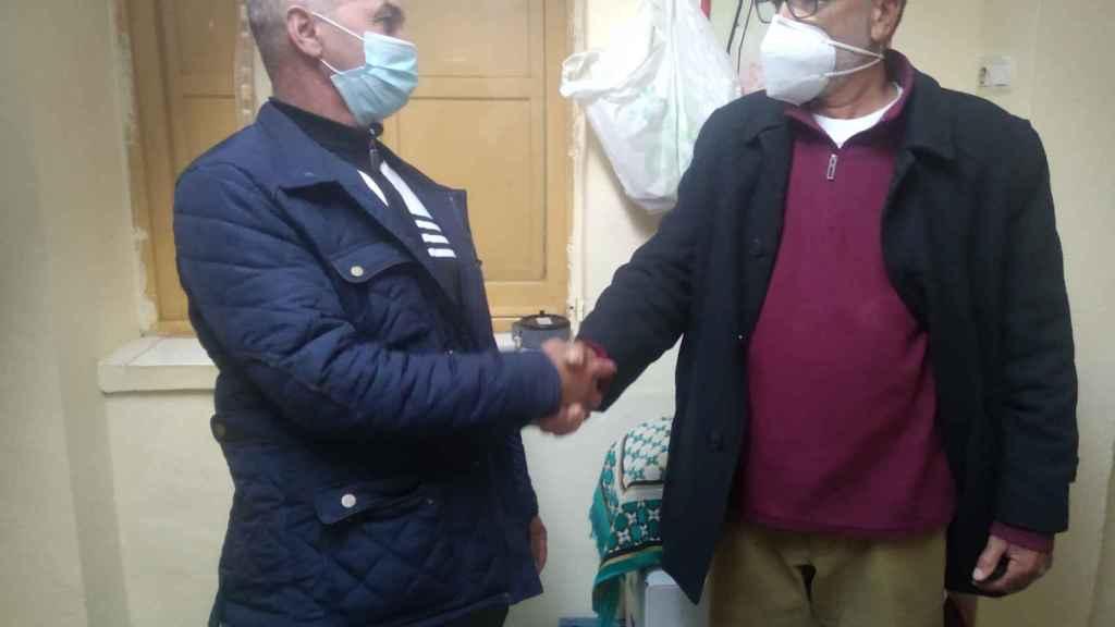 Mohamed, hermano del fallecido, recibe las condolencias de un compatriota.