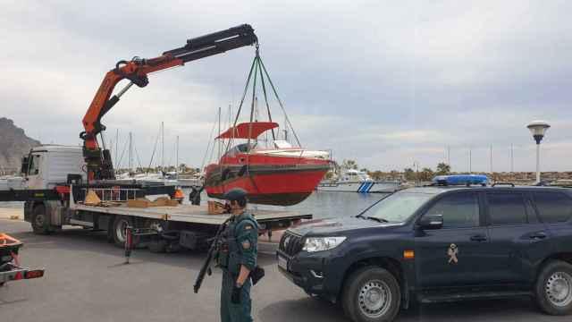 Uno de los yates intervenidos el lunes durante el operativo de la Guardia Civil en Roquetas de Mar (Almería).