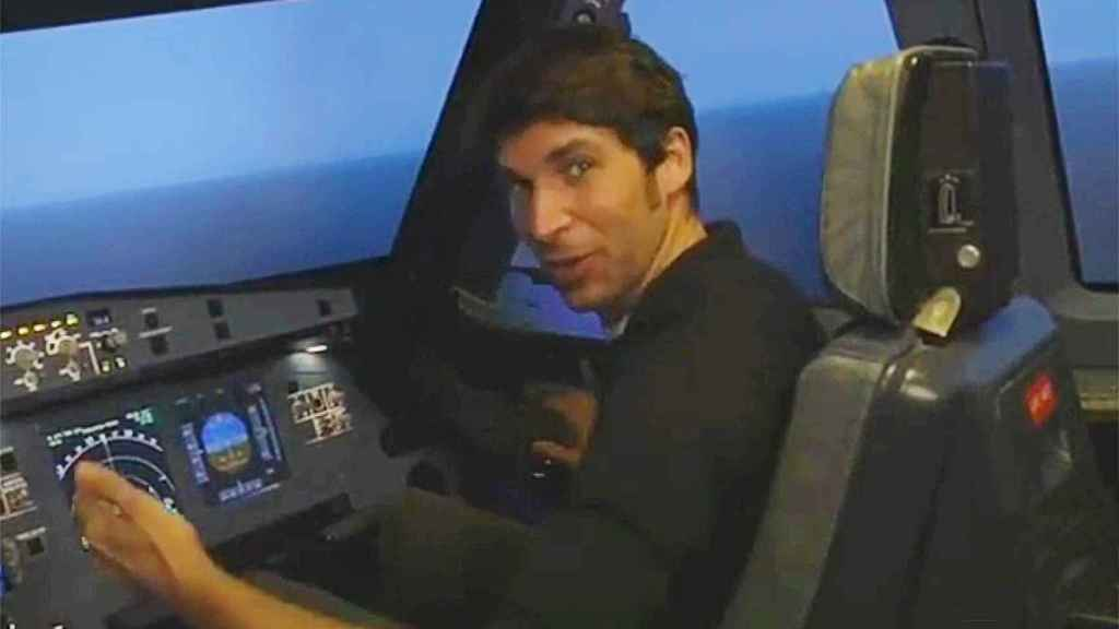 Cayetano asiste a un curso para sacarse la licencia para ser piloto privado de avión.
