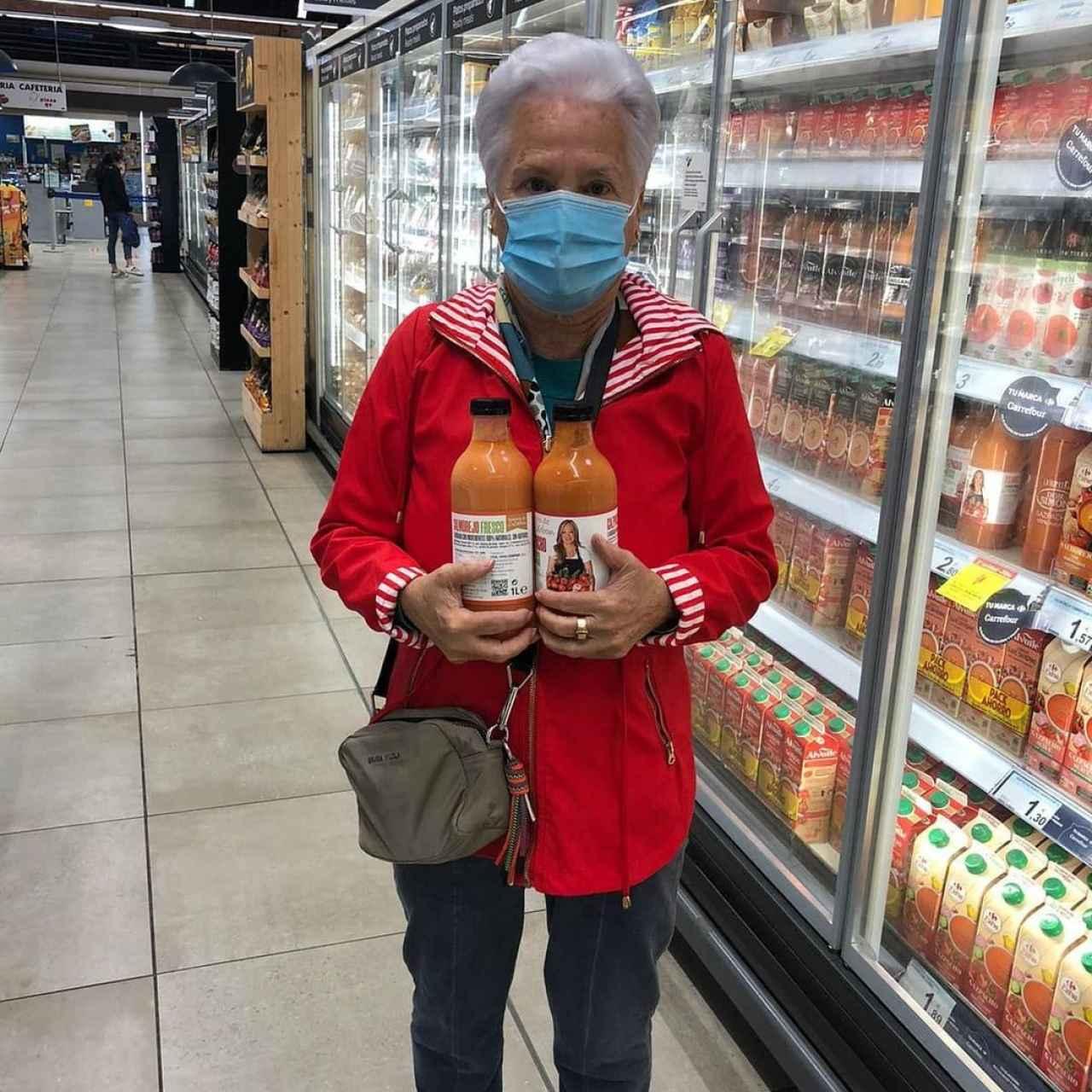 Carmen Menéndez, madre de Belén Esteban, con los productos de su hija en el supermercado.