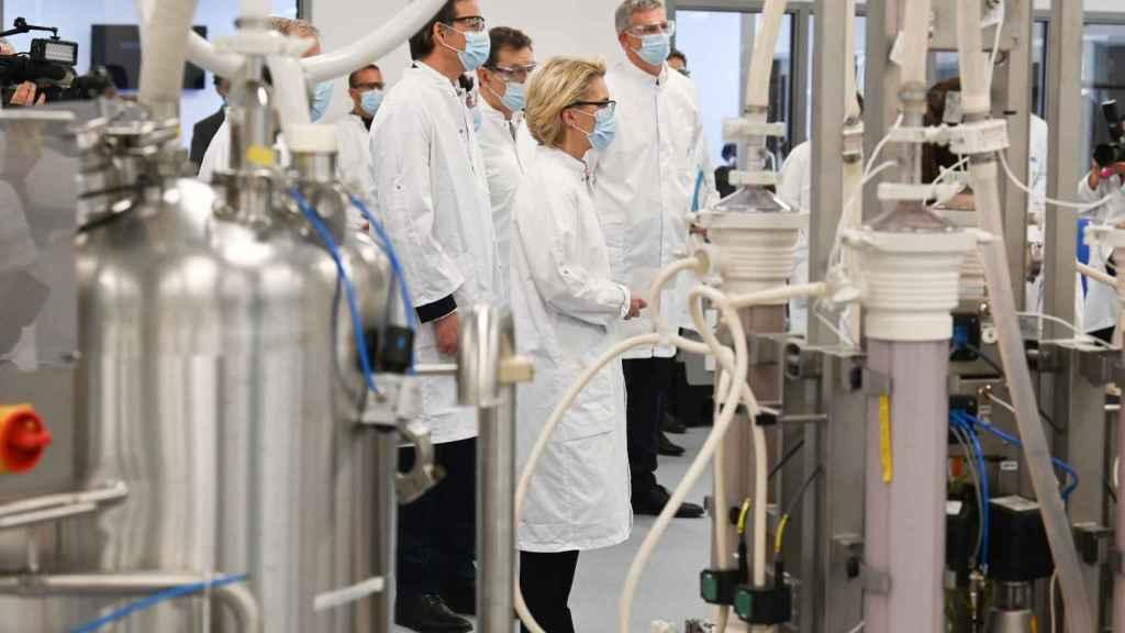 Ursula von der Leyen ha visitado este viernes la planta de Pfizer en Puurs