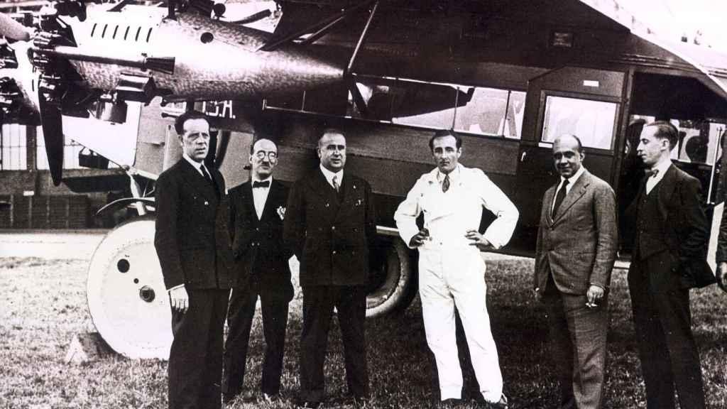 Pasajeros y tripulación junto a un Fokker F.VII de CLASA. Fuente: Mitma.