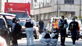 Agentes de la policía francesa cerca de la entrada de la comisaría de Rambouillet donde ha tenido lugar el ataque.