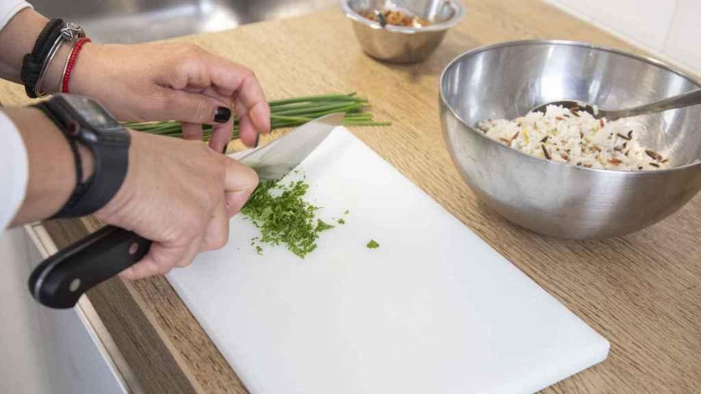 Bárbara pica el cebollino que integrará en el aliño de la ensalada.