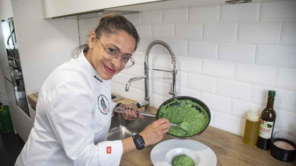La chef Bárbara emplatando el risotto con espinacas y queso parmigiano.