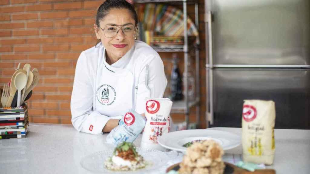 La chef Bárbara Buenache posa junto a sus tres elaboraciones.