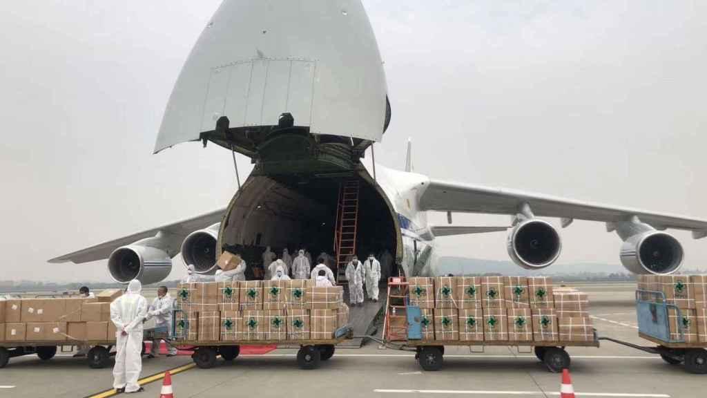 Varias personas descargando material sanitario de Rypo de un avión.