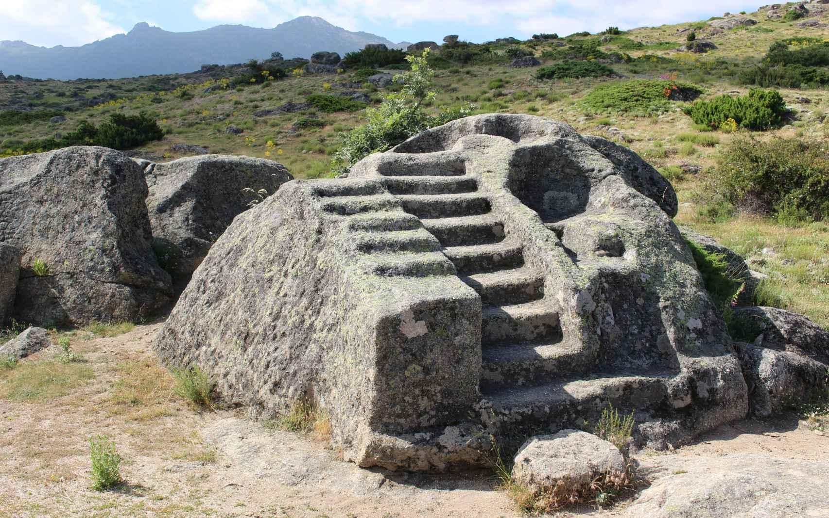 Altar rupestre escalonado en el que los habitantes de Ulaca practicaron sacrificios.