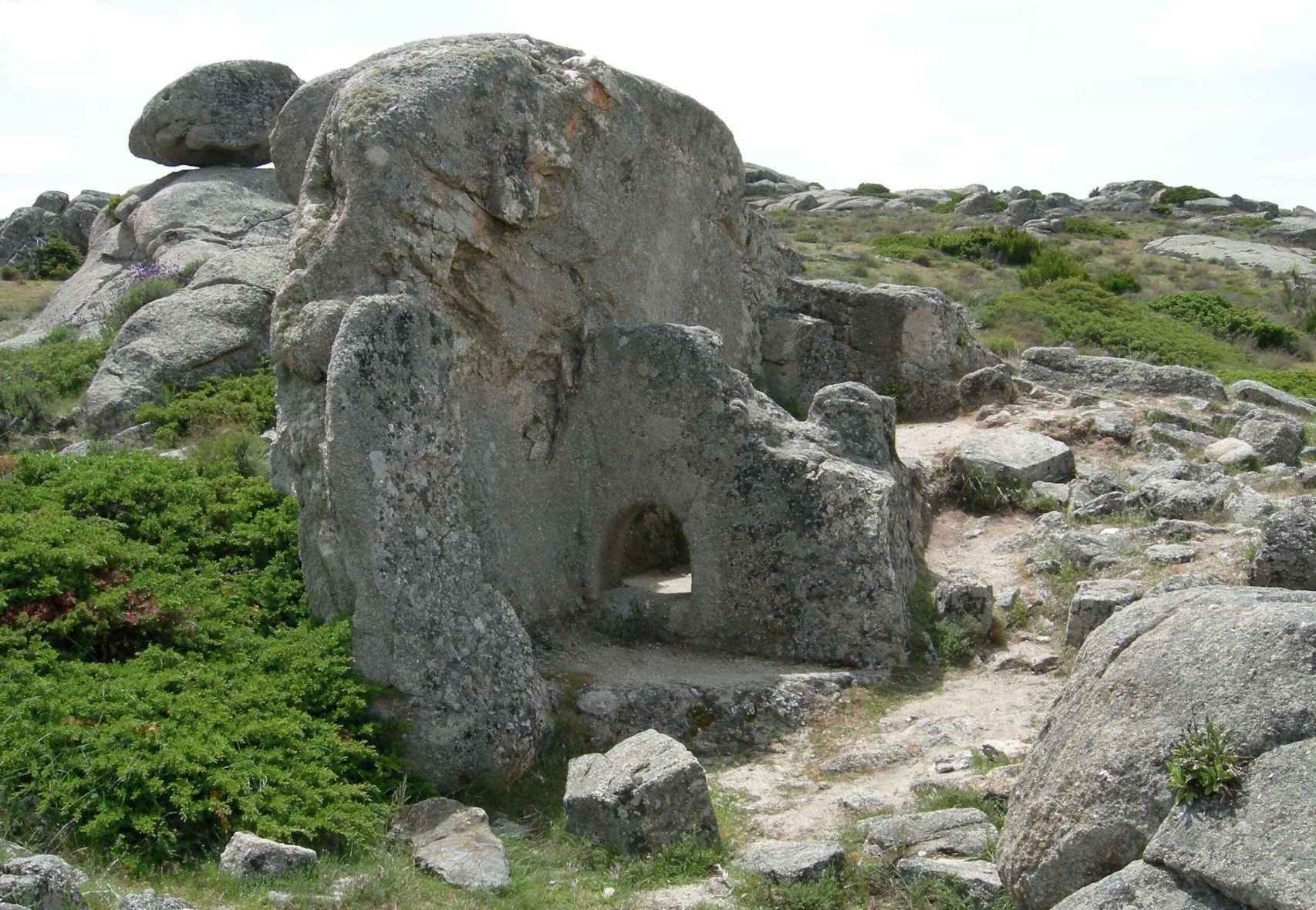 Vista de la sauna iniciática del castro. A la izquierda se observa el espacio destinado al horno.