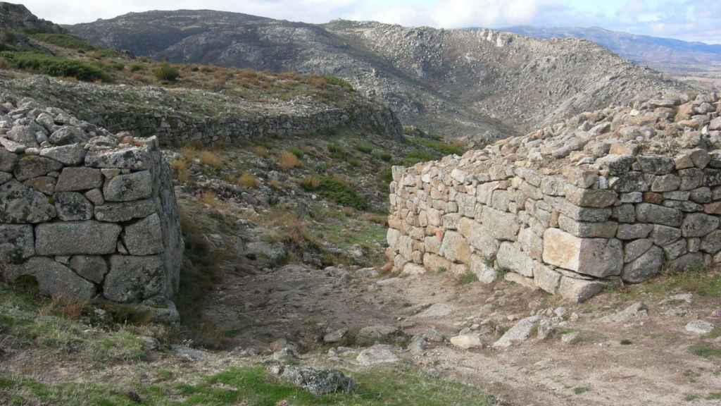Muralla y puerta que integraban el recinto defensivo del 'oppidum'.