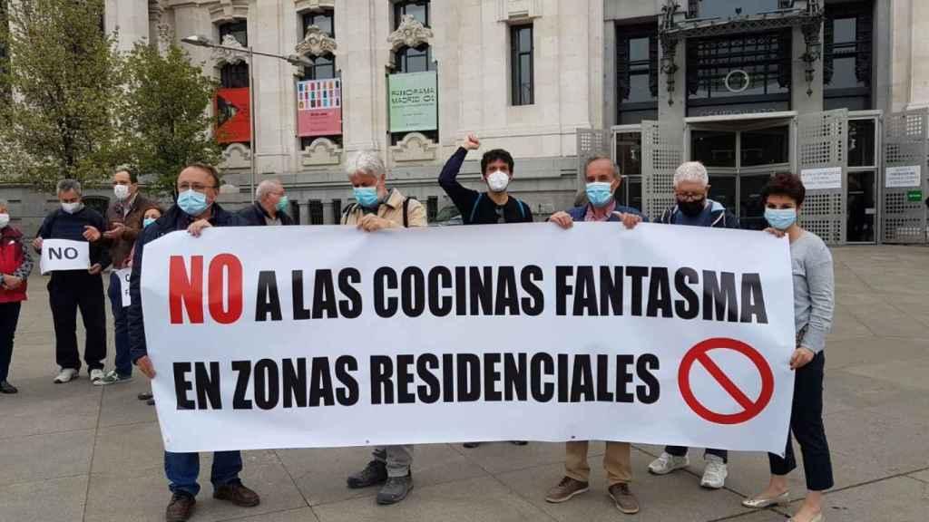 Vecinos de Tetuán manifestándose contra las cocina 'fantasma'.