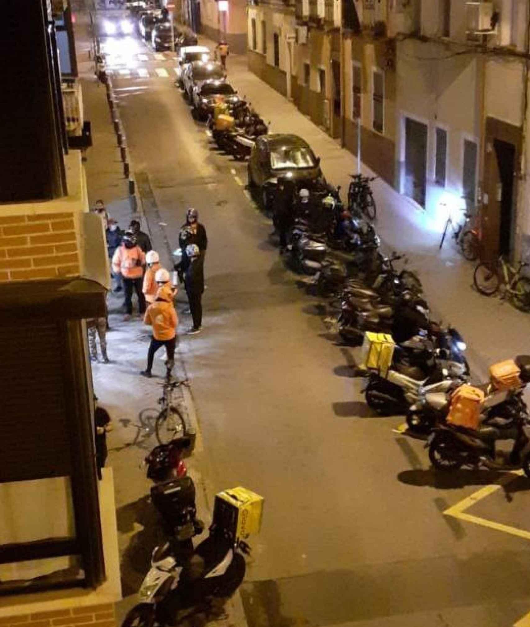 Motoristas y 'riders' esperando a recoger pedidos en la Calle José Calvo 10.