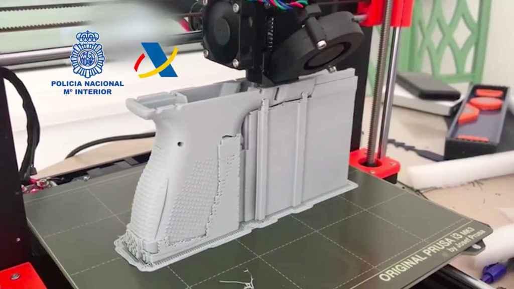 La impresora, en pleno funcionamiento, elaborando un arma corta.