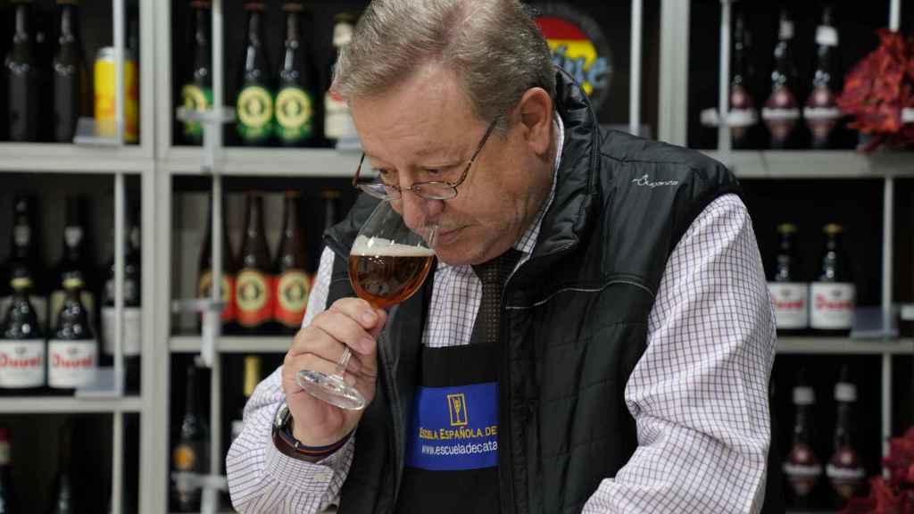 El experto Carlos Gómez huele cada una de las cervezas durante la cata para detectar sus aromas.