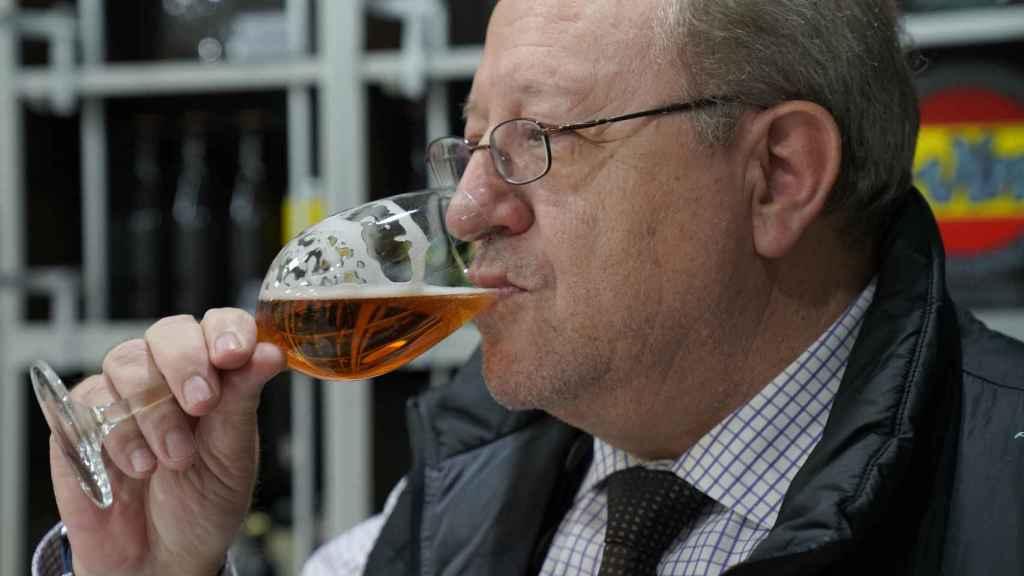 El analista sensorial, Carlos Gómez, probando una de las cervezas durante la cata.