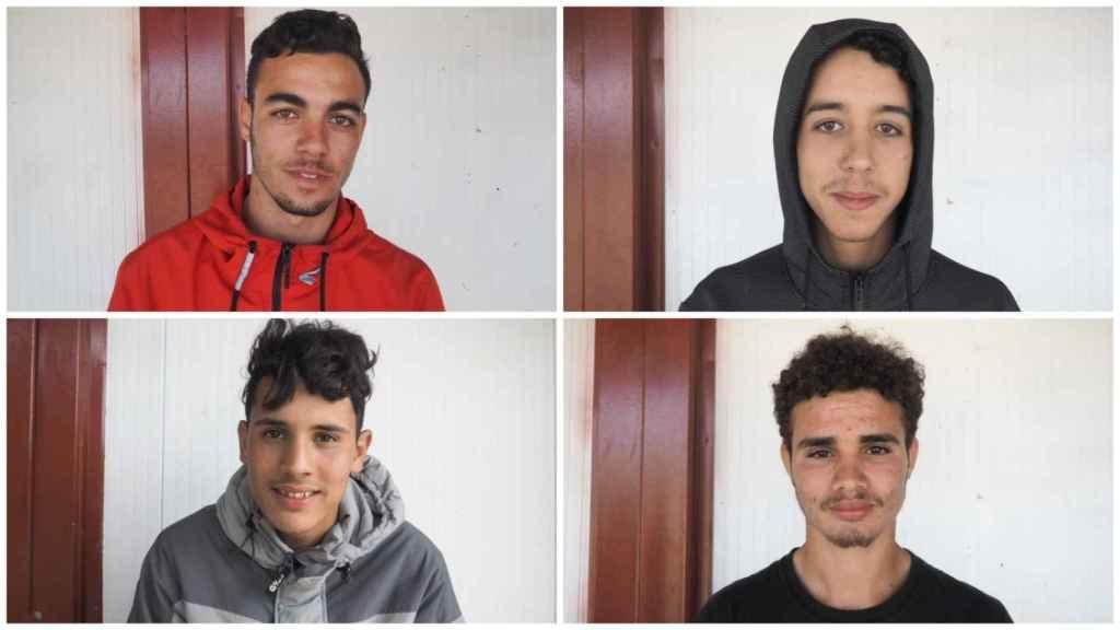 Cuatro de los 140 jóvenes marroquíes extutelados que este año trabajan en la recogida de la fresa en Huelva.