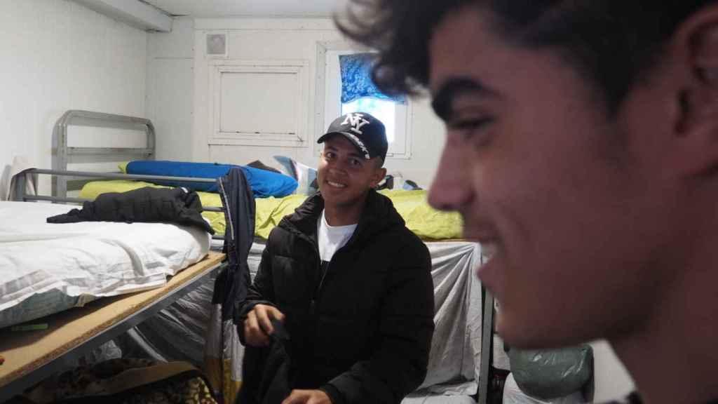 Bilal Lamsayah (al fondo) y Mohamed Benakka, en la habitación que comparten dentro del barracón que les ha facilitado la empresa.