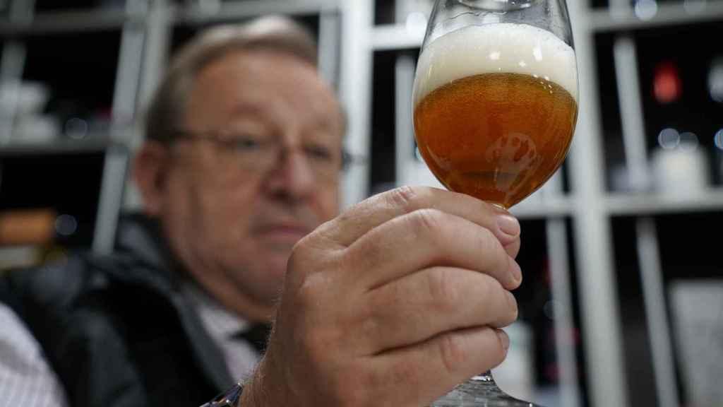 El experto Carlos Gómez observa el color y el comportamiento de la espuma de cada cerveza probada.