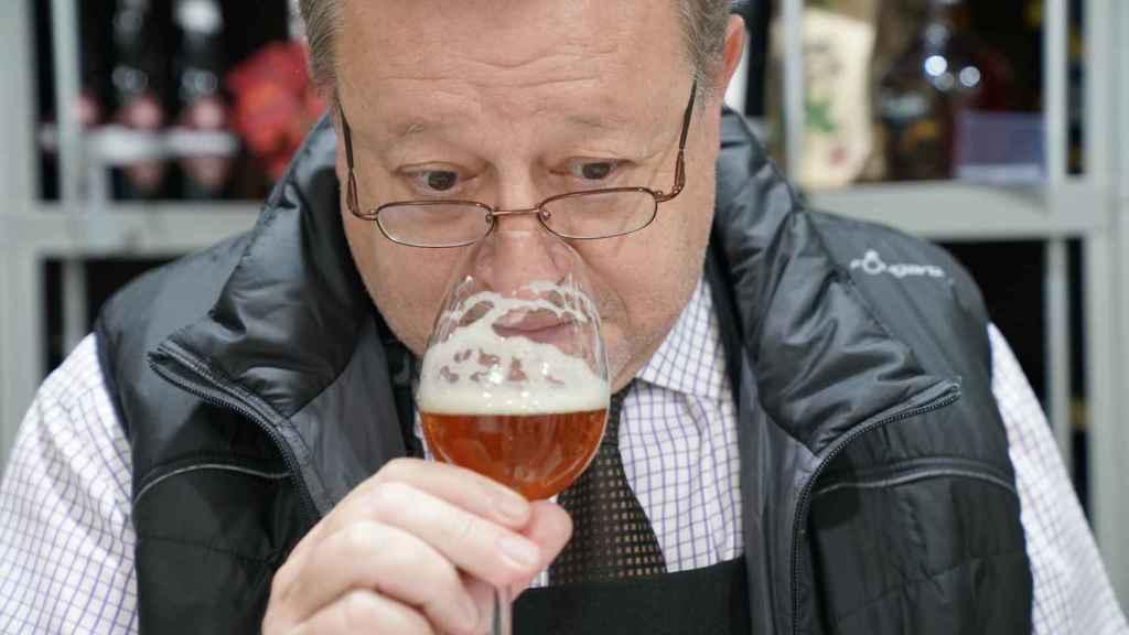 Carlos Gómez describe todos los aromas que percibe en nariz de cada cerveza.