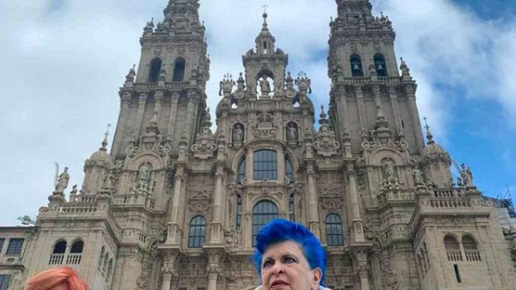 Tuana y Lucía Bosé frente al Pórtico de Gloria de la Catedral de Santiago.