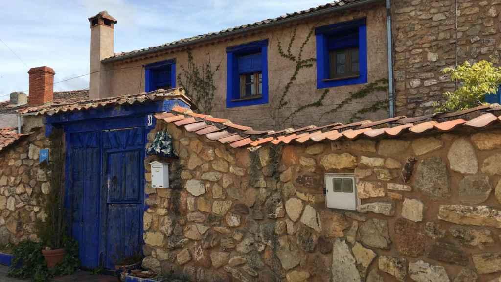 La Casa Azul de Brieva donde Lucía Bosé vivió los últimos 23 años de su vida, hoy  a la venta por 495.000 euros.