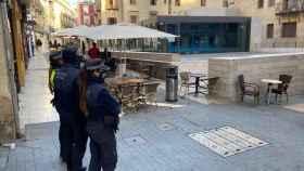 Policías locales de Alicante ante una terraza.