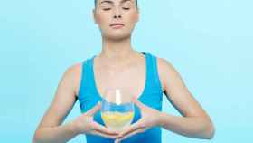 El agua con limón no sirve para adelgazar.