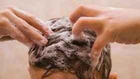 Un joven lavándose el pelo.