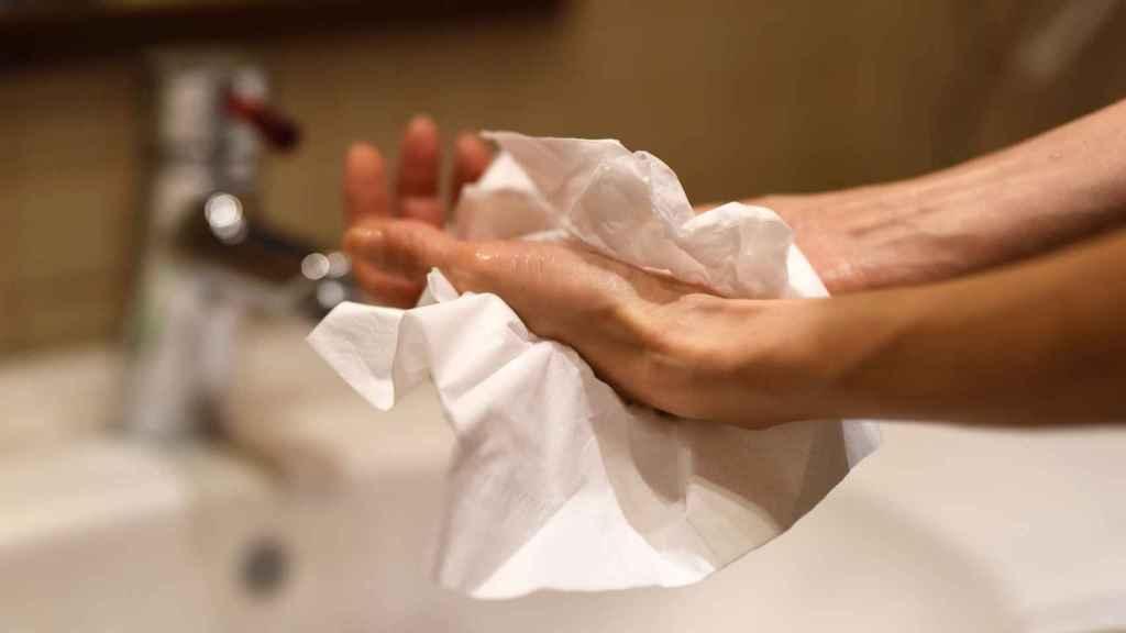 Una persona se seca las manos.