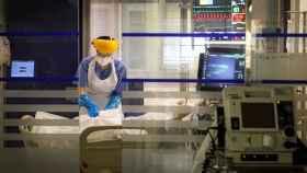 Una sanitaria atiende a un paciente en la UCI del Hospital de Galdakao (Bizkaia). EFE/ Miguel Toña