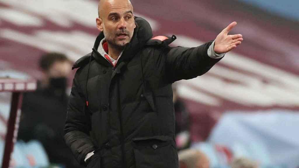 Pep Guardiola da indicaciones durante un partido del Manchester City