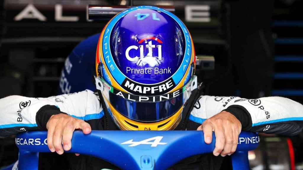 Fernando Alonso entrando en su A521