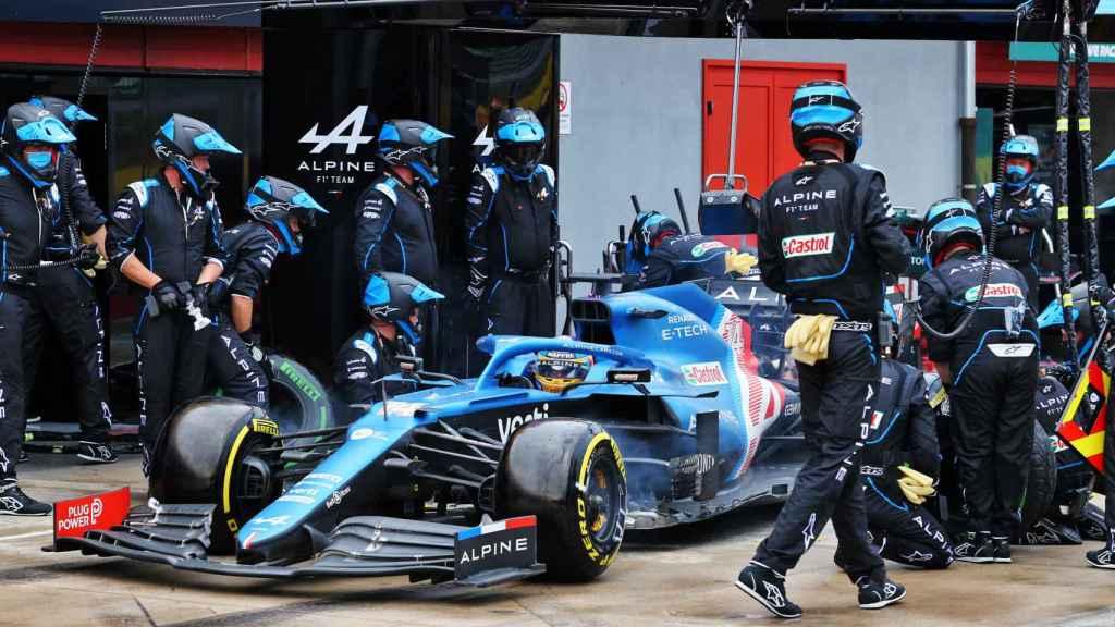 Fernando Alonso en un pit stop en Imola