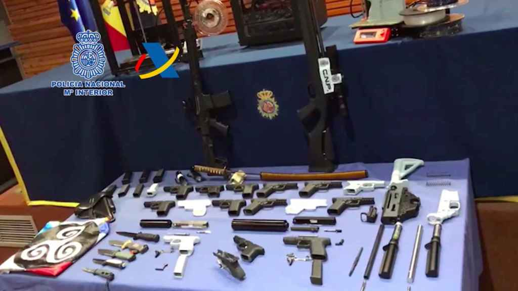 El arsenal completo incautado al detenido en su taller.