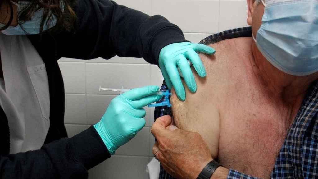 Un hombre recibe la vacuna contra la Covid-19.