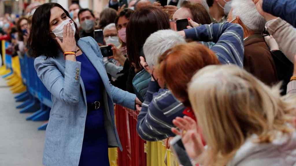La presidenta en funciones de la Comunidad de Madrid, Isabel Díaz Ayuso, este viernes tras un acto en Alcalá de Henares.