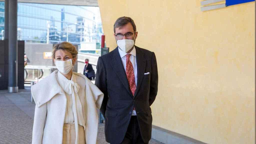 Yolanda Díaz, vicepresidenta tercera del Gobierno, con el comisario europeo de Asuntos Económicos, Valdis Dombrovskis, en Bruselas.