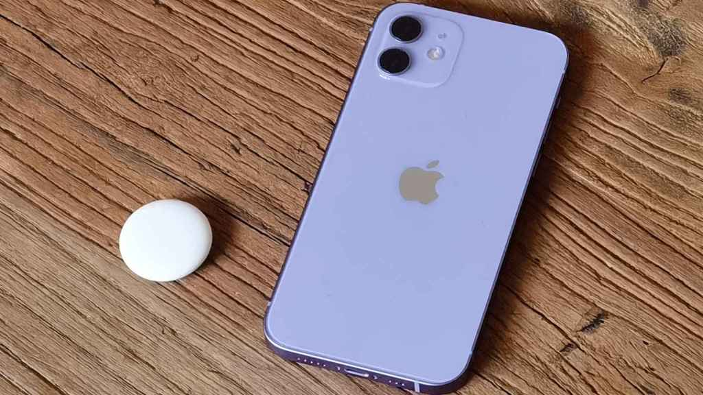 AirTag y iPhone 12 púrpura.