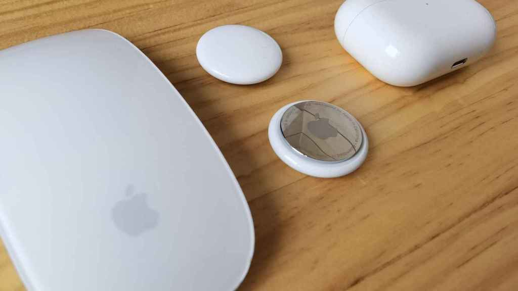 Dos AirTag entre AirPods Pro y Magic Mouse.