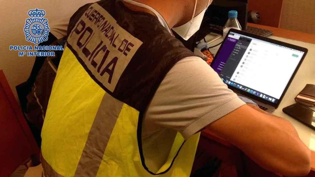 Un policía nacional investigando material pedófilo en un ordenador.
