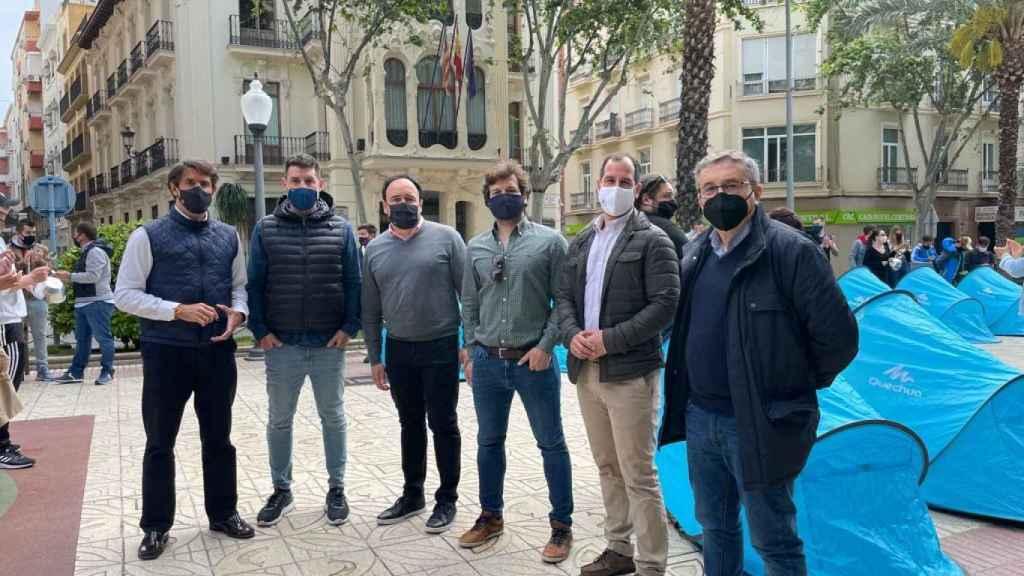 Miembros del PP de Alicante, en la acampada del sector del ocio frente a la Subdelegación del Gobierno.